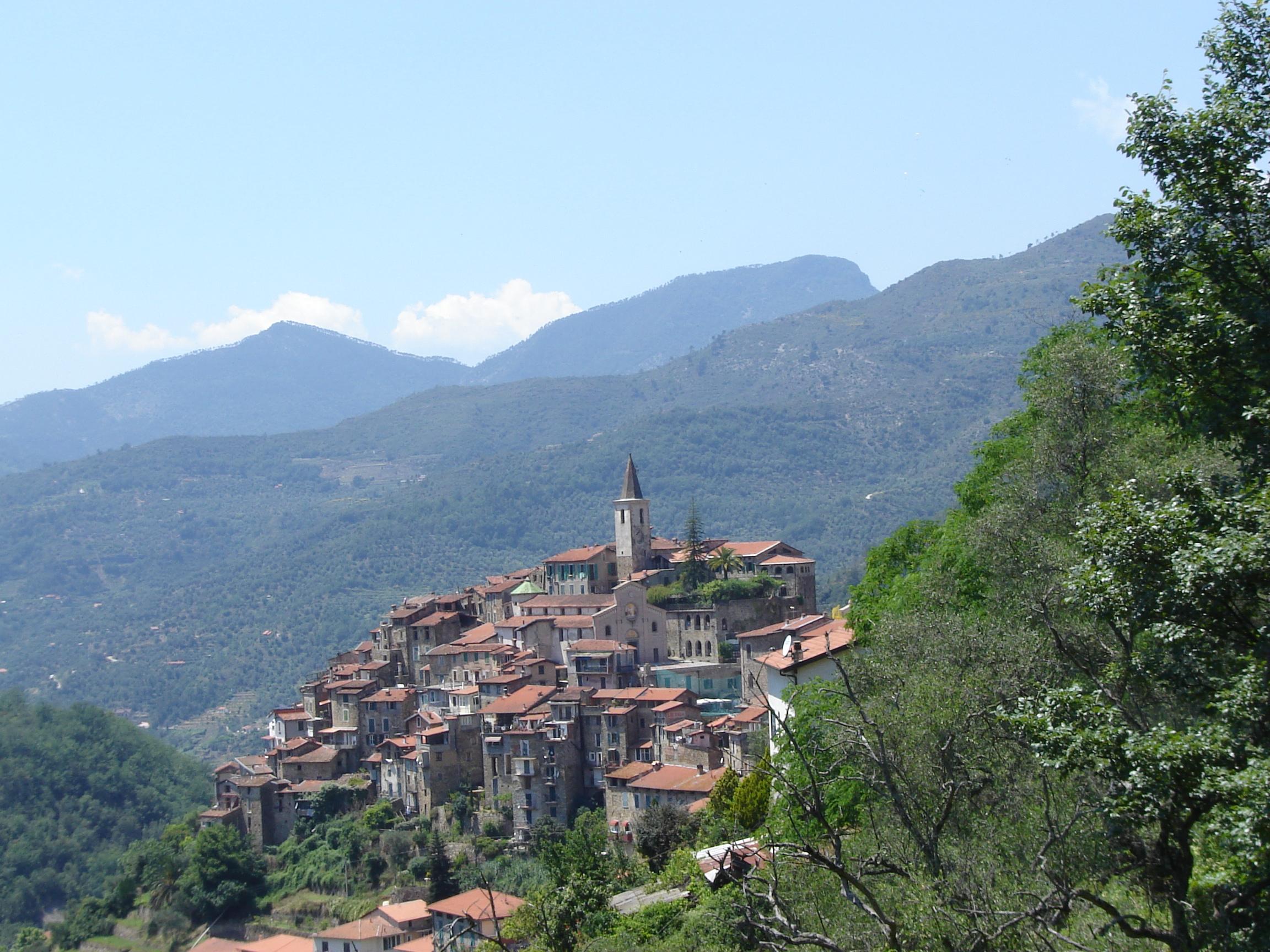 Net over de grens met Italië is een tocht door het achterland ook heel bijzonder; dit is het bergdorpje Apricale