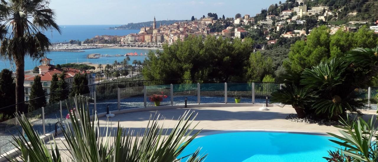 Uitzicht vanaf woonpark op kust en oude stad