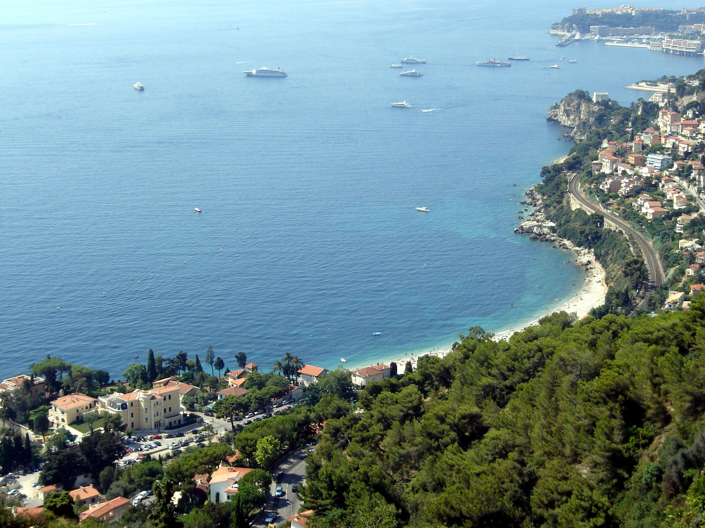 Uitzicht vanaf de kustroute tussen Menton en Monaco