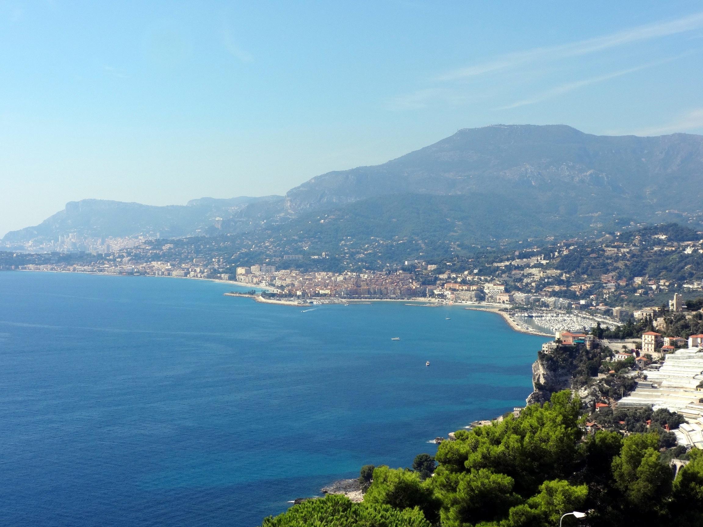Uitzicht op azuurblauwe kust en Menton vanuit Italië