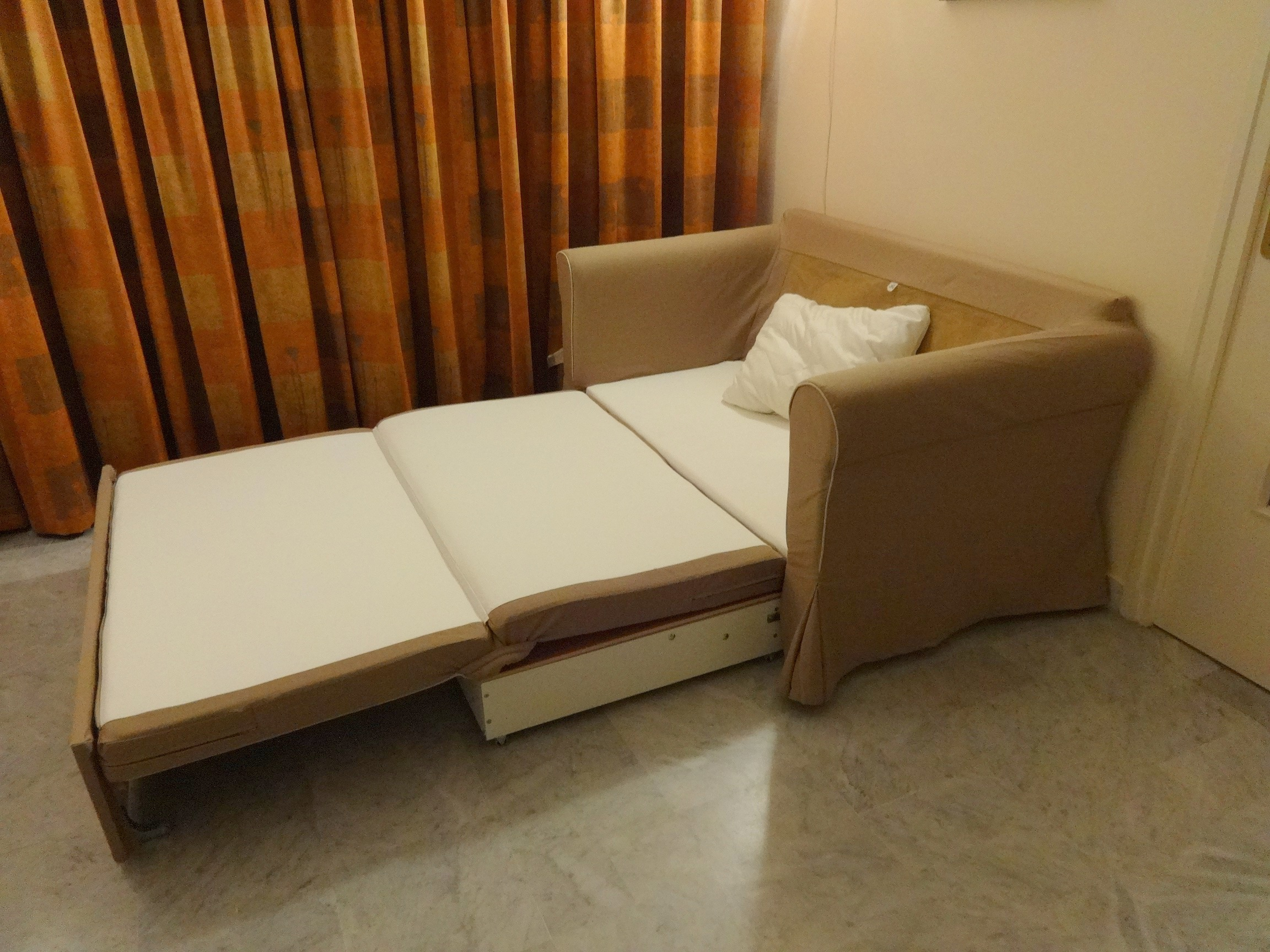De bank in de woonkamer kan gemakkelijk dienen als extra slaapplaats