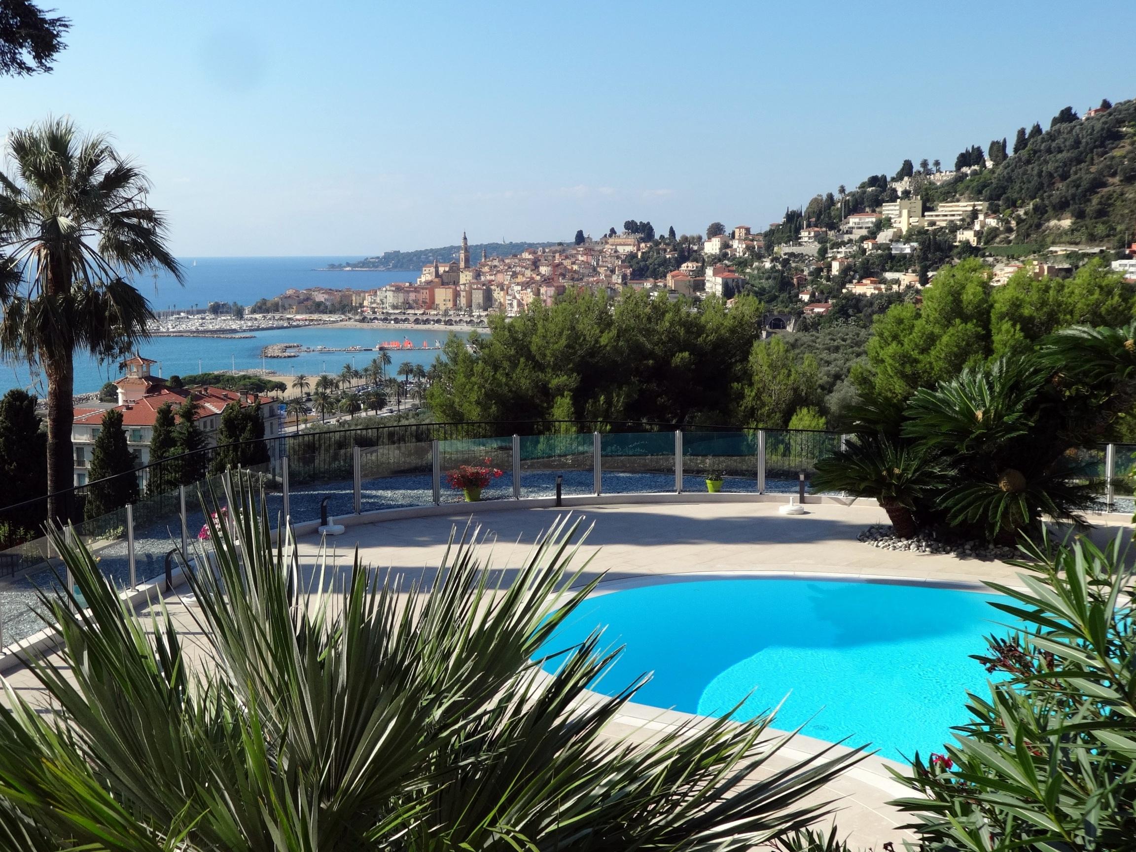 Vanuit het zwembad op het park heb je een panoramisch uitzicht op de zee en de oude stad