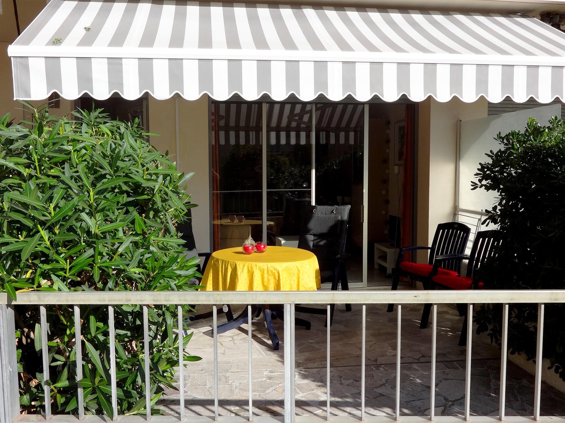 Het terras is bijna 20 m2, ligt op het zuidwesten en biedt veel privacy